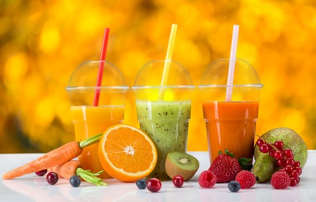 fruit juice: Succhi di frutta mix fresco, bevande salutari su tavola di legno.