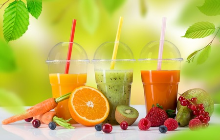 verre de jus d orange: Fruits frais jus de m�lange, boissons saines sur table en bois.