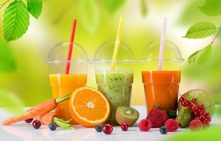 jugo de frutas: Fruta fresca mezcla de jugos, bebidas saludables en la mesa de madera. Foto de archivo