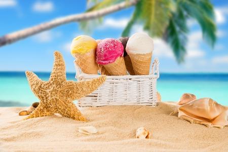 coppa di gelato: Gelato scoop sulla spiaggia di sabbia, close-up.
