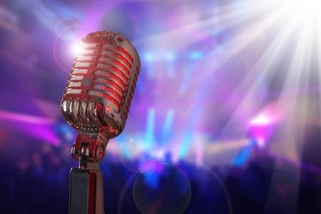 microfono antiguo: Micrófono retro contra colorida Foto de archivo