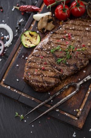 牛肉の黒の石のテーブルの上のランプ ステーキ クローズ アップ。