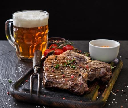 검은 돌 테이블에 쇠고기 우둔살 스테이크, 근접. 스톡 콘텐츠