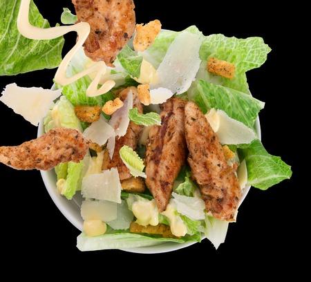 ensalada cesar: Ensalada César con pollo y verduras en la mesa de madera Foto de archivo