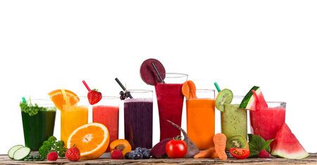 jugos: Fruta fresca mezcla de jugos, bebidas saludables en la mesa de madera. Foto de archivo