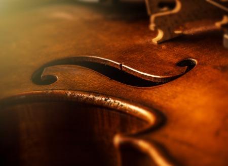 violines: violín en estilo vintage en el fondo de madera