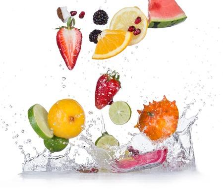 Fruits frais avec les projections d'eau