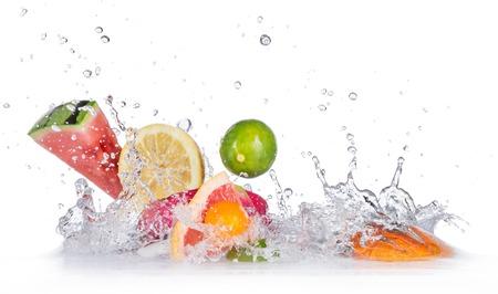 Fruta fresca con el chapoteo del agua Foto de archivo - 39163613