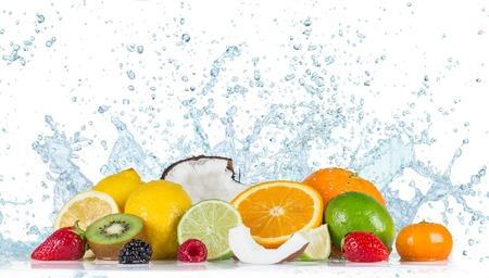 jugo de frutas: Fruta fresca con el chapoteo del agua
