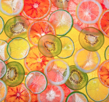 Sliced fruits background, close-up. 免版税图像
