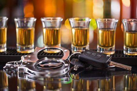 飲み、運転、ウィスキーと車のキーのガラス