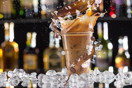 Koude koffie drinken met ijs, bonen en splash, close-up.