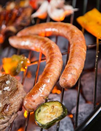 chorizos asados: Salchichas asadas a la parrilla