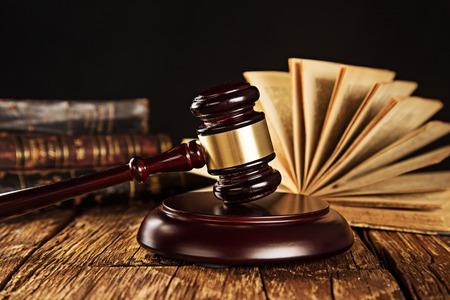 constitucion: Mazo de madera y libros sobre la mesa de madera, concepto de Derecho