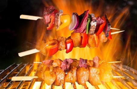 pollo asado: Pinchos sabrosos en la rejilla de hierro fundido. Foto de archivo