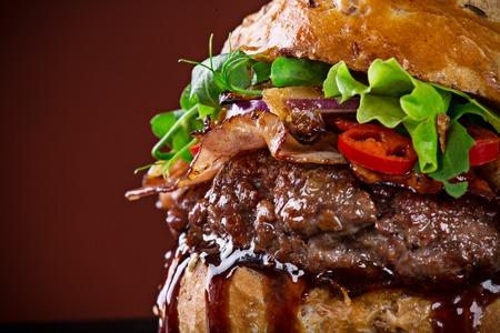 papas fritas: hamburguesa deliciosa, primer plano. Foto de archivo