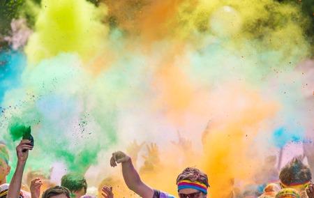 Close-up van de marathon, mensen bedekt met gekleurd poeder.