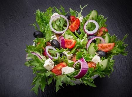 돌 배경에 신선한 맛있는 샐러드