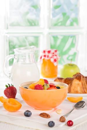 comiendo pan: Desayuno saludable con muesli, fruta, t� y bayas