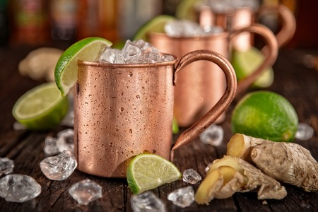 Cold Moscow Mules - Ginger Beer, lime and Vodka on bar Foto de archivo