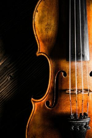 coro: viol�n en estilo vintage en el fondo de madera