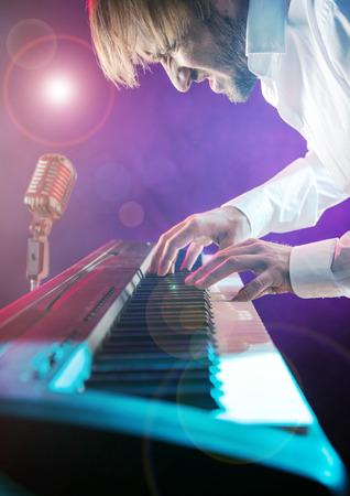 pianista: Primer plano de pianista tocando el piano.