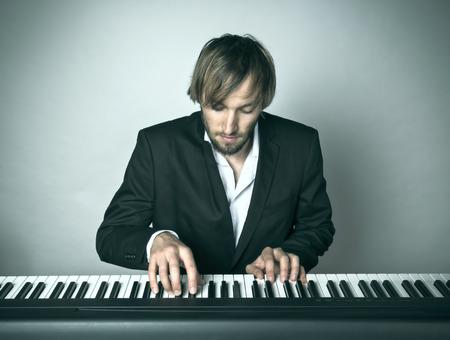 ピアノを弾くピアニストのクローズ アップ。