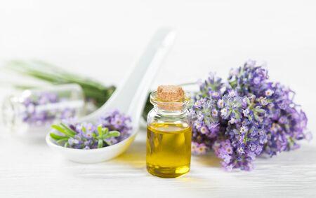 Wellness-behandelingen met lavendel bloemen op houten tafel. Spa stilleven. Stockfoto