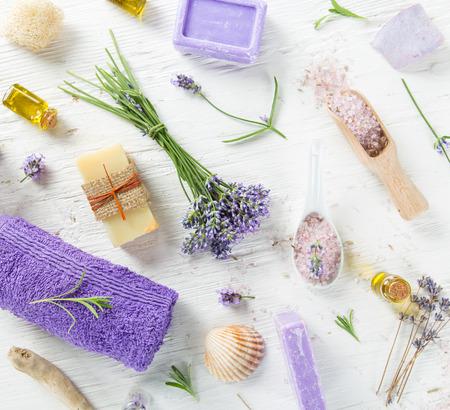 productos naturales: Aceites esenciales con flores de lavanda