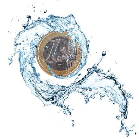 흰색 배경에 절연 물 스플래시와 유로 동전.