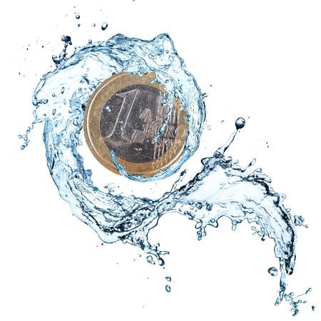 Euro coin avec les projections d'eau isolé sur fond blanc. Banque d'images - 43157473