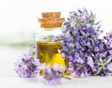 Lavendel bloemen met essentiële oliën, close-up. Stockfoto