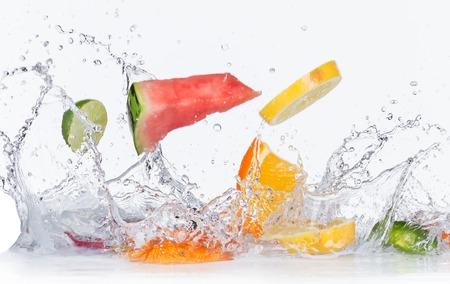frutas: Frutas con salpicaduras de agua aisladas sobre fondo blanco