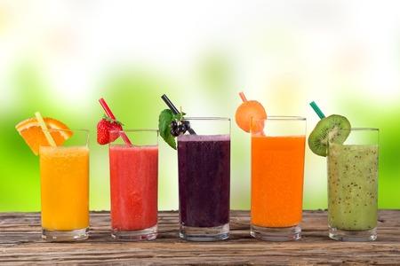 jugo de frutas: El jugo fresco, bebida saludable sobre fondo de madera