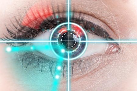 imagen: interfaz de exploración ojo de la mujer, primer plano.