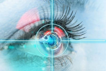 ojos azules: interfaz de exploración ojo de la mujer, primer plano.