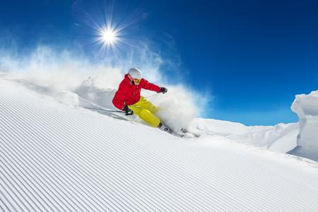 Skieur ski alpin lors de la journée ensoleillée en haute montagne Banque d'images - 45149201