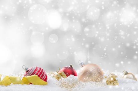 Decoratieve Kerst achtergrond met sneeuw, close-up.