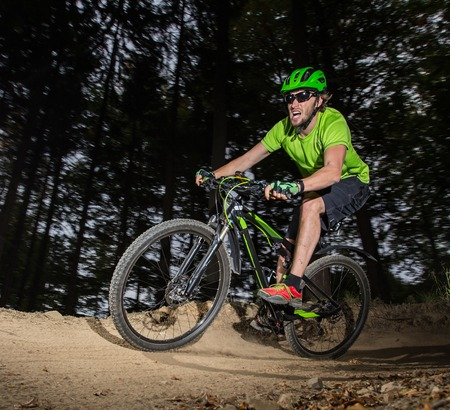 Rider in action at Mountain Bike in forest Imagens