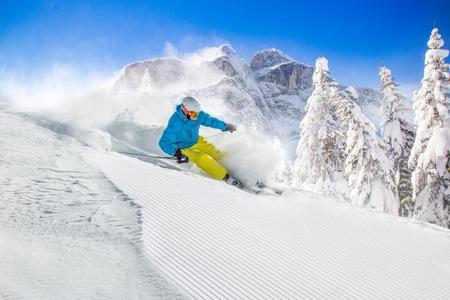 Skieur ski alpin lors de la journée ensoleillée en haute montagne Banque d'images - 46293317
