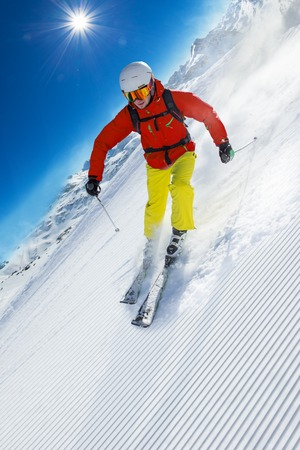 uomo rosso: Skier skiing downhill during sunny day in high mountains