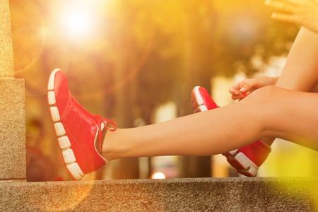 dia soleado: Mujer corriente durante el día soleado en la ciudad. Mujer modelo de fitness formación fuera en Praga.