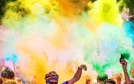 de colores: Primer plano de la maratón de color, las personas cubiertas de polvo de color.