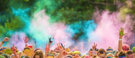 Close-up van kleur marathon, mensen bedekt met gekleurd poeder. Stockfoto