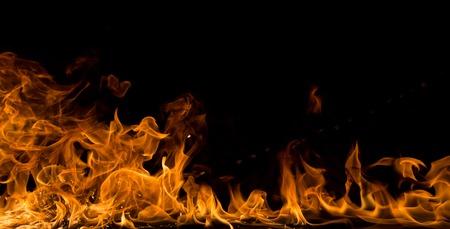 llamas de fuego: Llamas de fuego sobre fondo negro, primer plano.