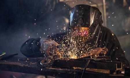 industriales: Soldador que trabaja en la acción con las chispas brillantes. Foto de archivo