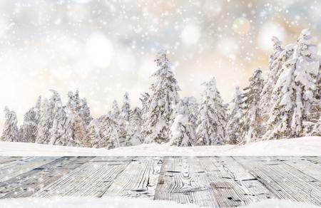 Abstract Weihnachten Hintergrund mit fallenden Schneeflocken und Holztisch