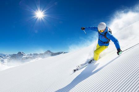 높은 산에 화창한 날 동안 내리막 스키 스키