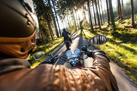 ハイパワー バイク、クラシックなビンテージ スタイルのクローズ アップ。