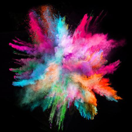 morado: Lanzado en polvo colorido, aislado en el fondo negro Foto de archivo